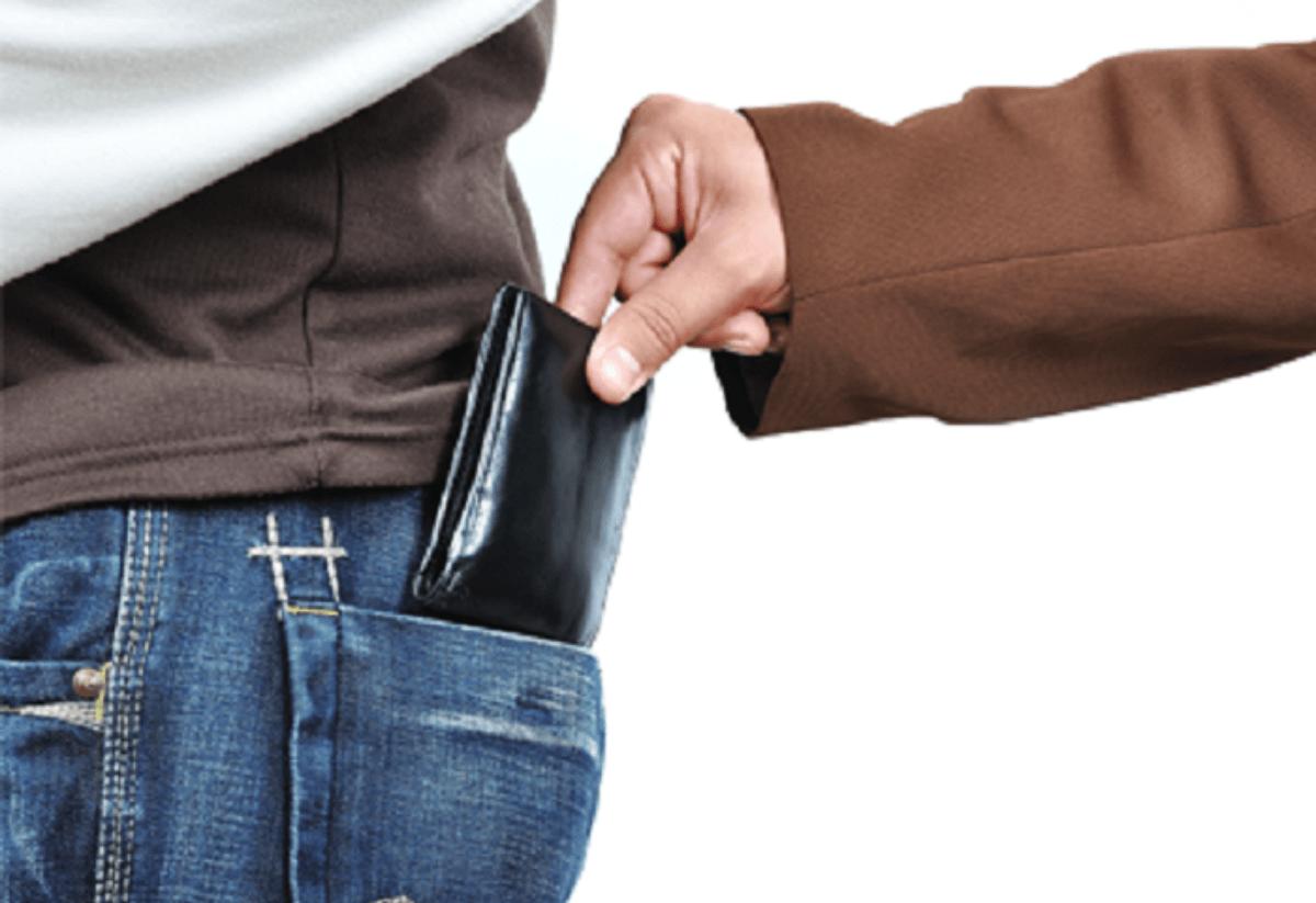 85enne ruba il portafoglio ad un coetaneo e poi lo aiuta a cercarlo