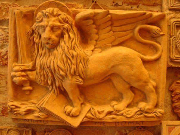 leone con spada con scritta nessuno mi domina mis 44x35 circa