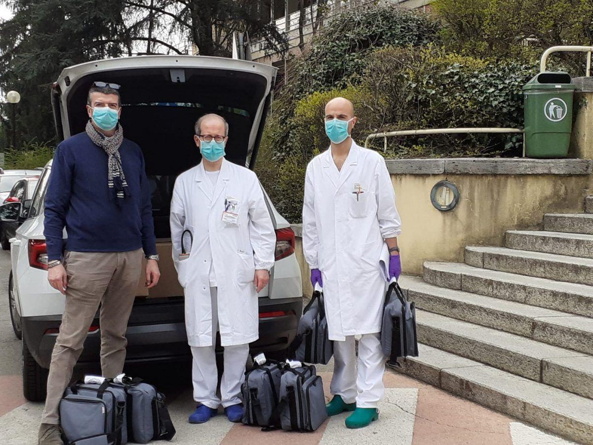 Il signore in mezzo e' il dr Ghirighelli, primario di medicina generale 2 mentre riceve in consegna i respiratori