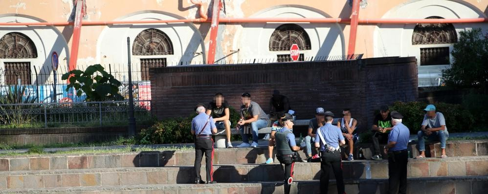 Varese in piazza Repubblica cittadino nigeriano prima litiga, poi aggredisce i carabinieri: arrestato